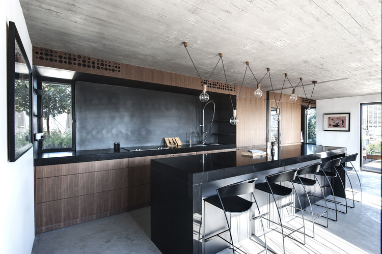 Kitchen with an island bar in one of the projects of the Toledano Architects studio