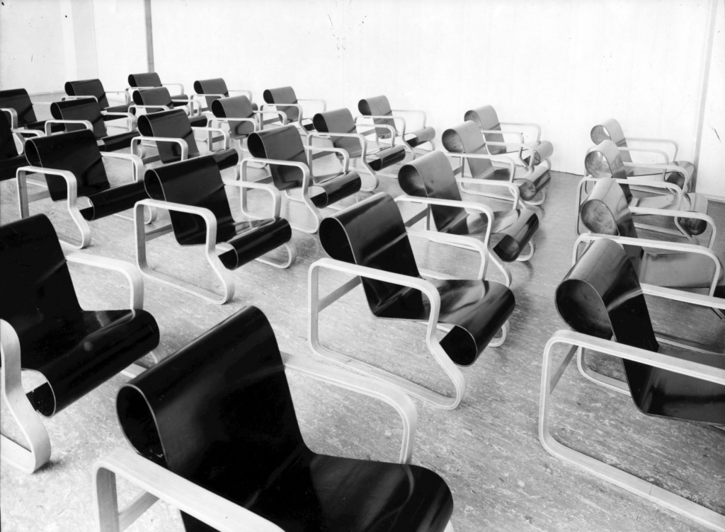 Paimio Chair by Alvar Aalto for the relaxation room at the Paimio Sanatorium