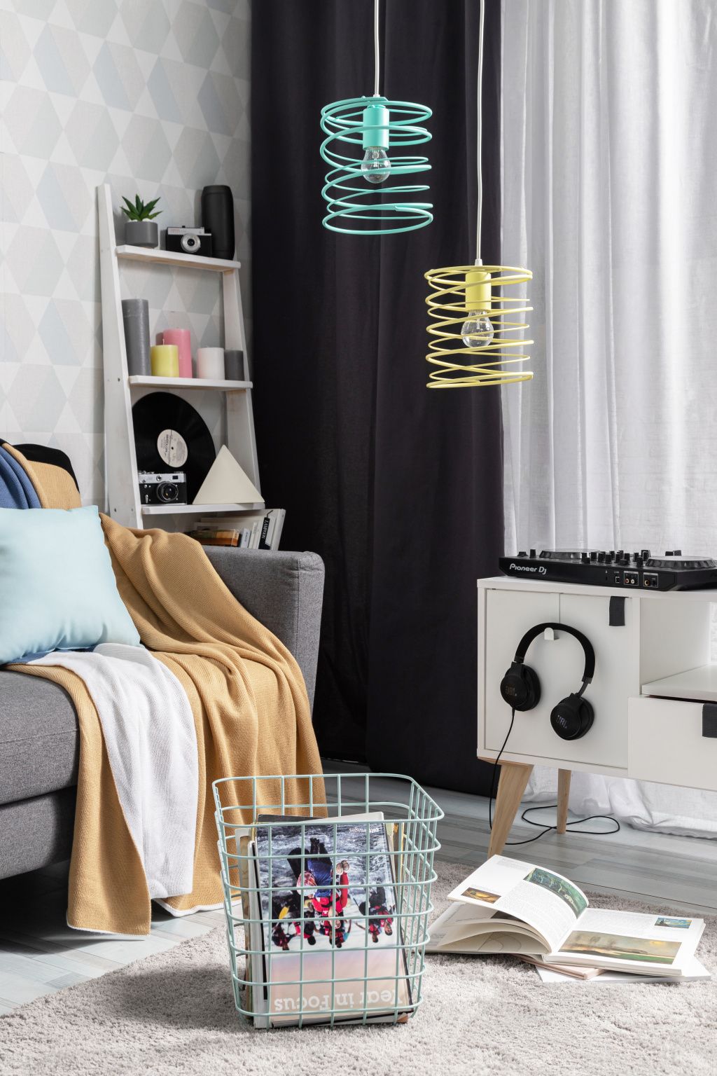 Spaceo Kub metal basket, Largo jacquard blanket, Rainbow turquoise pillow, Shaggi Trend gray carpet.  Products of the company